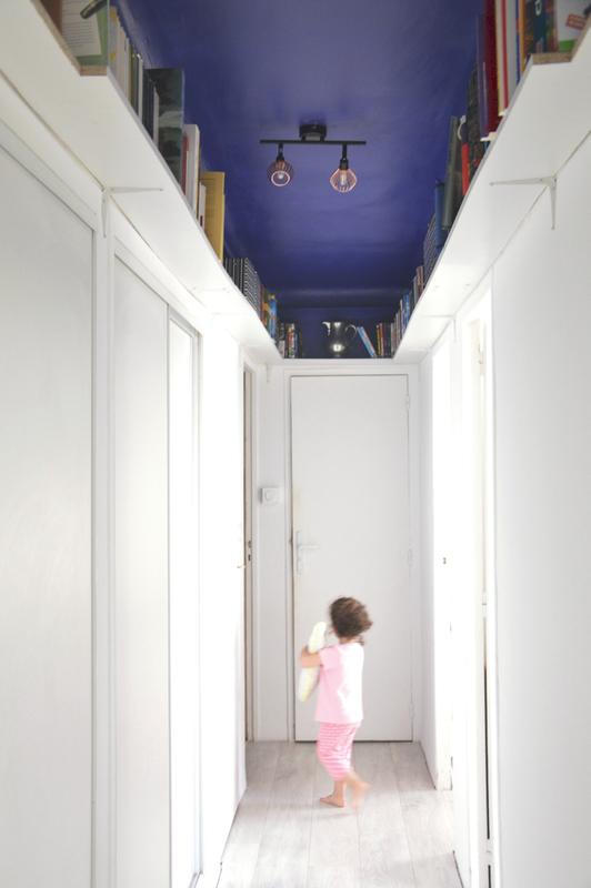 couloir-bibliothèque-bleu-Majorelle-2doigtsdidee