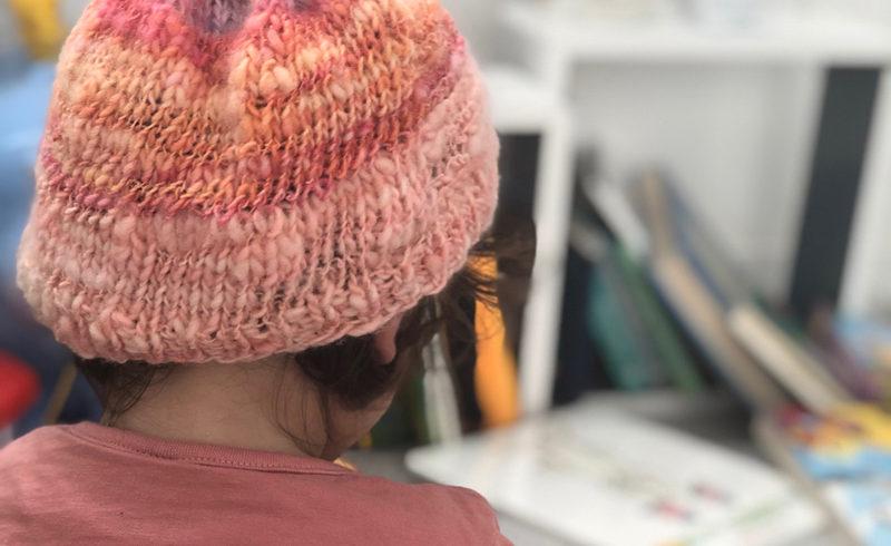 Filer de la laine et tricoter un bonnet